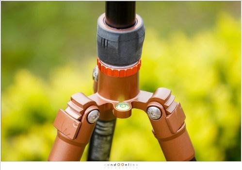 De oranje borgring en de kale schroefdraad. Let ook op de geïntegreerde waterpas.