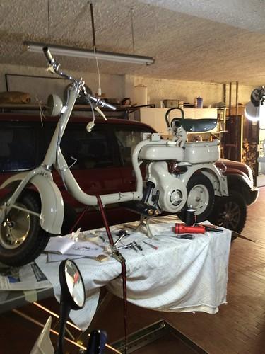 Lambretta 150D in fase di assemblaggio