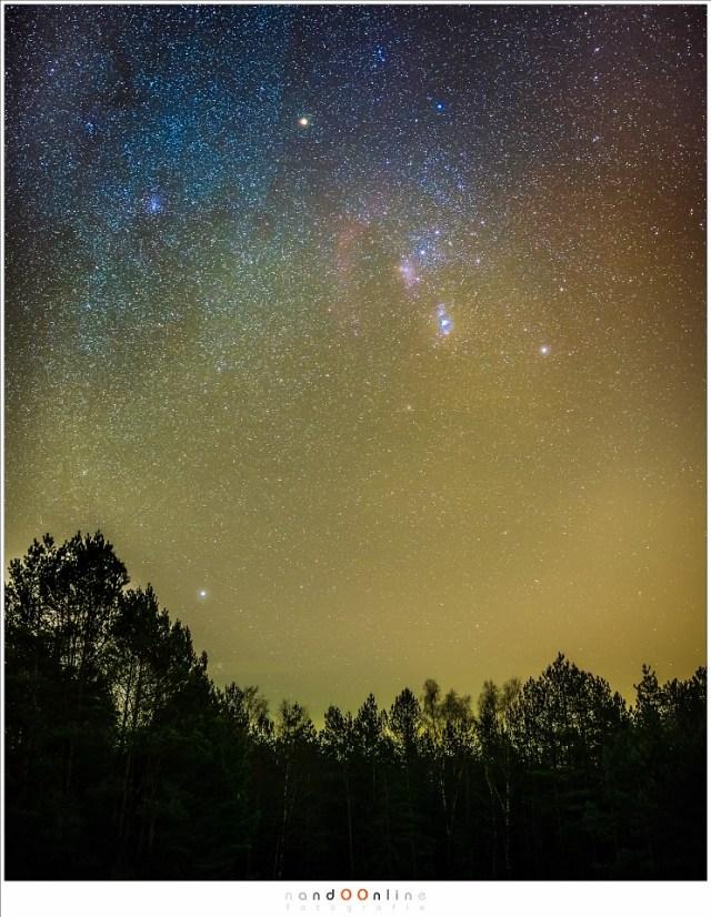 Hier is ISO6400 gebruikt om zoveel mogelijk sterren op de foto te krijgen. dit is zo gevoelig dat er zelfs sterrennevels zichtbaar worden. De belichtingstijd is 10 seconden bij diafragma f/2 Sterren en geen sterrensporen: de regel van 600