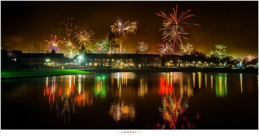 Vuurwerk gespiegeld in de vijver. (35mm brandpunt | ISO400 | f/8 | 4 seconden belichting)