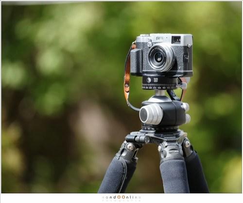 De Fuji X100t op een Gitzo GT3542LS met RRS BH-55 balhoofd. De camera valt helemaal in het niet.