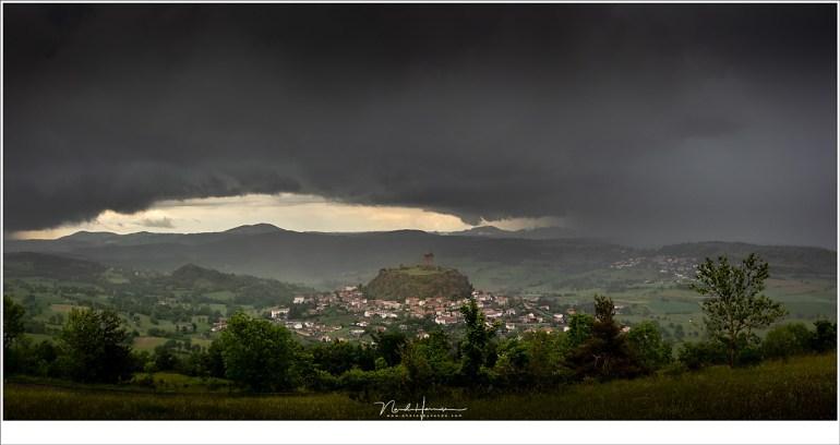 Een indrukwekkende, dreigende lucht boven Polignac Een panorama van het dal met de stad en burcht, dit keer niet omgeven door mist (EOS M50 + EF-M18-150mm @ 18mm)