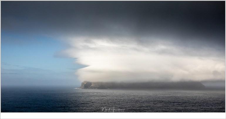 Het eiland Mykines in de wolken. Geen best moment om daar op het eiland te vertoeven... of misschien toch wel? De veerdienst voer niet, en de helikopter ook niet. (41mm | ISO400 | f/9 | 1/1250)