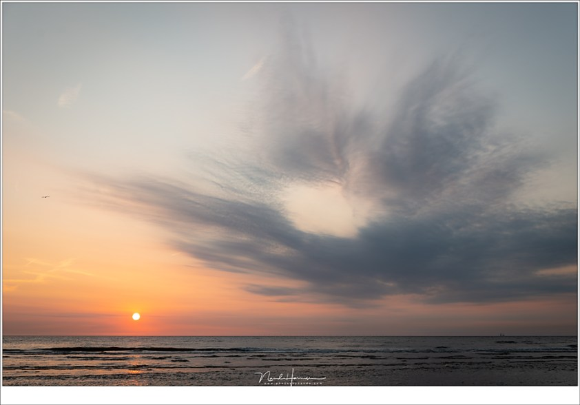 Langzaam daalt de zon naar de horizon en de schemering is in aantocht