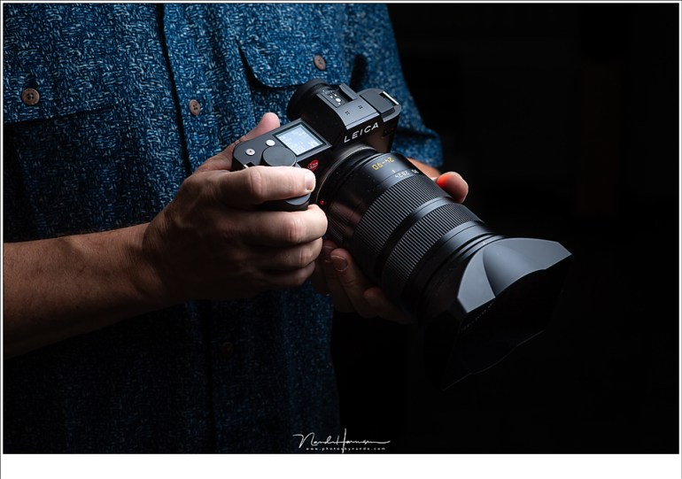 De Leica SL met Vario-Elmarit-SL 24-90mm f/2.8-4 ASPH in de hand. Een heerlijke camera als je eenmaal aan het gevoel in de hand gewend bent.