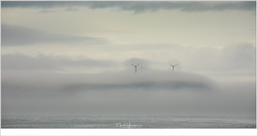 Windmolens die boven de mist op het eiland Eysturoy uitsteken (190mm | ISO100 | f/8 | 1/80)