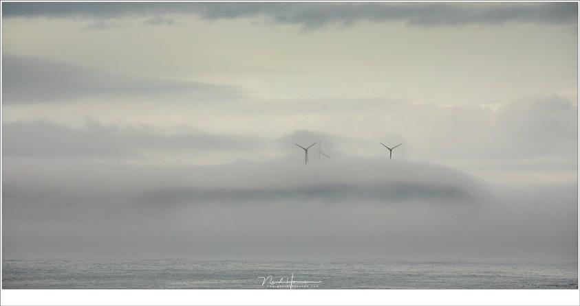 Windmolens die boven de mist op het eiland Eysturoy uitsteken (190mm   ISO100   f/8   1/80)