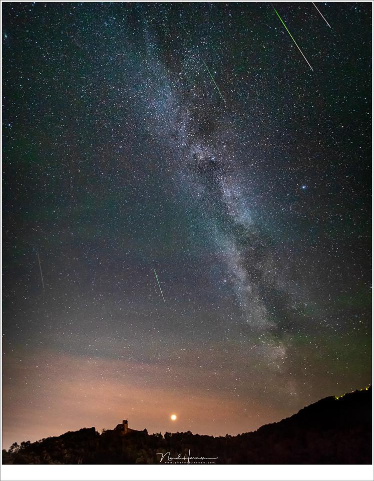 De Melkweg, Mars en kasteel Bourscheid dat niet langer verlicht is, en de Perseïden meteoren die tijdens het fotograferen op die plek zijn gevallen. (EOS 5D mark IV + Laowa 12mm   ISO6400   f/2,8   10sec)