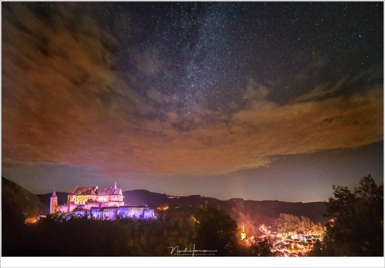 Een wolkendek dat over kwam tijdens het fotograferen bij kasteel Vianden. De enige vallende ster die in beeld is gekomen gaat rechts net boven het wolkendek schuil (EOS 5D mark IV + Laowa 12mm | ISO6400 | f/2,8 | 10 sec + HDR voor het kasteel)
