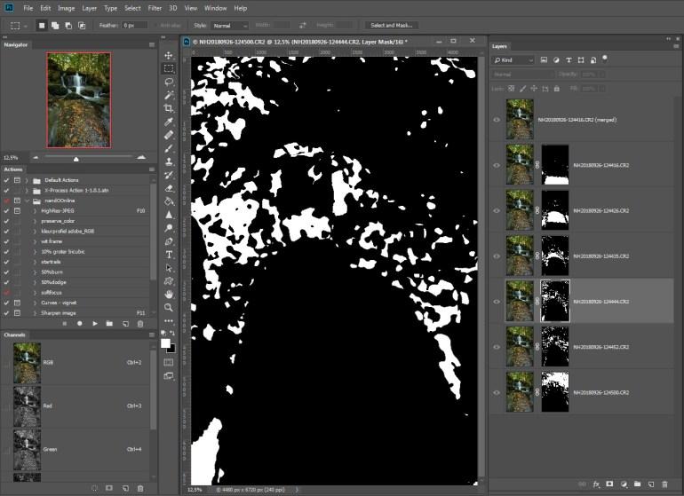 Met maskers heeft Photoshop ongewenste delen van de lagen gemaskeerd. Dit is een van de maskers. Je kunt eventueel handmatig de maskers aanpassen indien dit gewenste is.