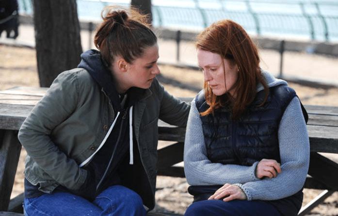 Fotograma de la película Still Alice en el que se puede ver a Alice (Julianne Moore) junto a su hija, Lydia (Kristen Stewart).