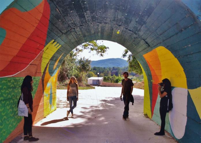 En 2005, Fanzara (Castellón) iba a convertirse en un gran vertedero. Ahora, tras haber frenado el proyecto y gracias a la iniciativa de muchas personas, artistas y vecinos que se pusieron manos a la obra, esta pequeña aldea de poco más de 300 habitantes es un verdadero museo al aire libre. / © Patricia García.