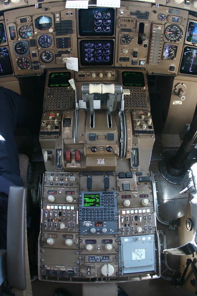 757 cockpit center console with notes  Click the notes to