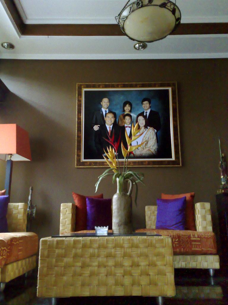 ruang tamu  dengan nuansa orange dan ungu  iphan loviano  Flickr