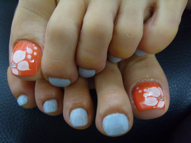 toes nails baby blue & orange