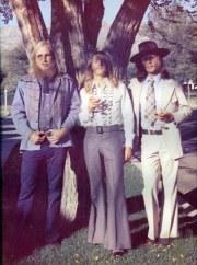 tres amigos en el paso hippie
