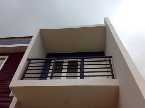 Balkon lantai 2 yang berbentuk BOX dengan railing besi