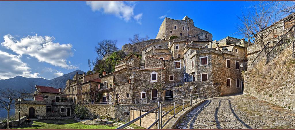Castelvecchio di Rocca Barbena  Borgo medievale 192 abit