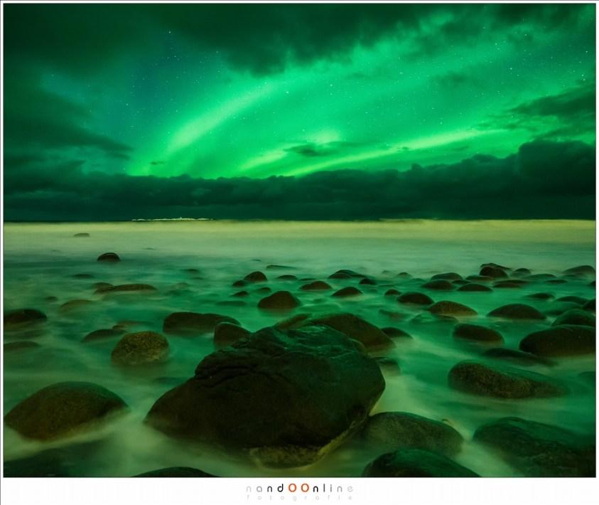 Minimalisme, of een poging daartoe op het strand van Utakleiv. Een zoektocht in het donker naar een mooie compositie.