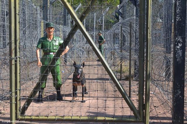 Lính canh ngay cổng