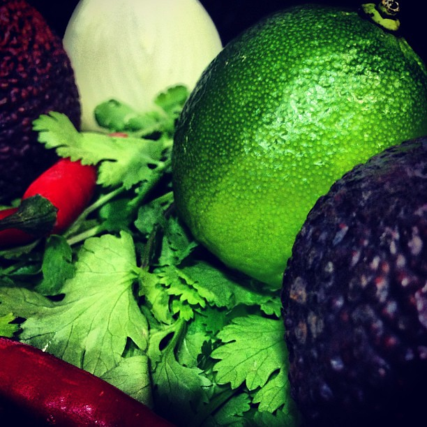 Lima, chile, cilantro y aguacate