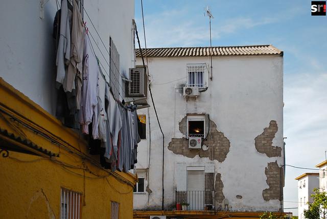 El lamentable estado de las viviendas es uno de los problemas más acuciantes de Tres Barrios; la solución, encarnada en el plan de reconstrucción de parte de la barriada, lleva años postergándose y nunca acaba de llegar