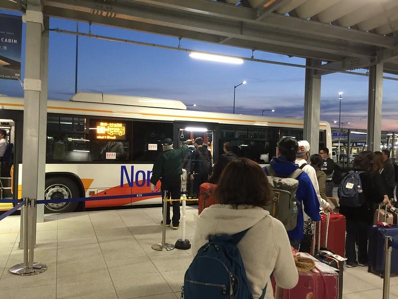 一出 第二航廈 馬上就可以看到接駁往 第一航廈的巴士了