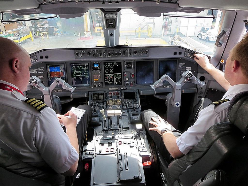 ERJ175LR cockpit  Delta Compass Airlines E175LR N612CZ