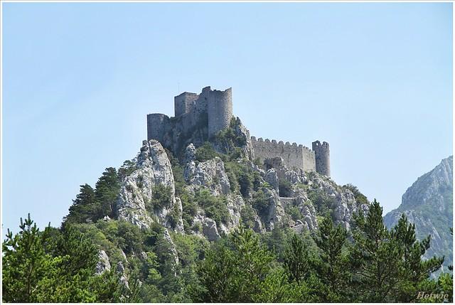 Het kasteel Puilaurens torent hoog boven alles uit.