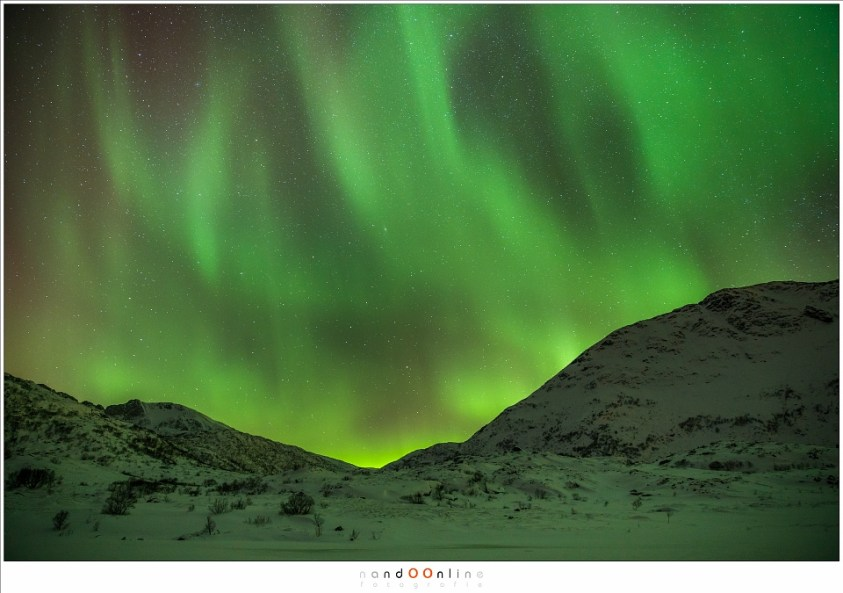De aurora boven de bergen rond Nedredal