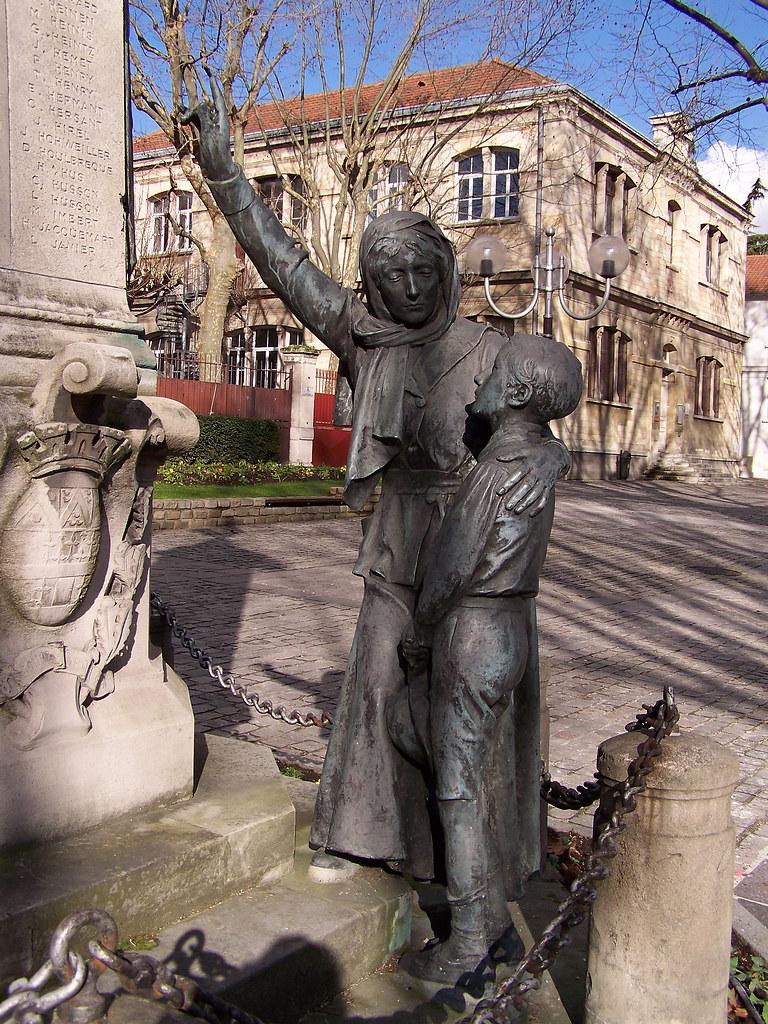 Monument aux morts de Gentilly  le groupe de la veuve et