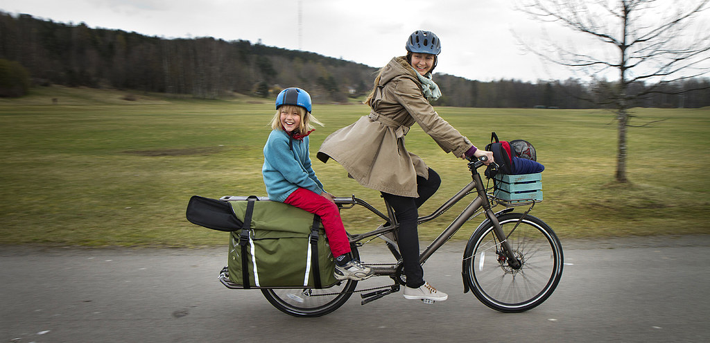 Trek Transport cargo bike  Mother and kid on their way to