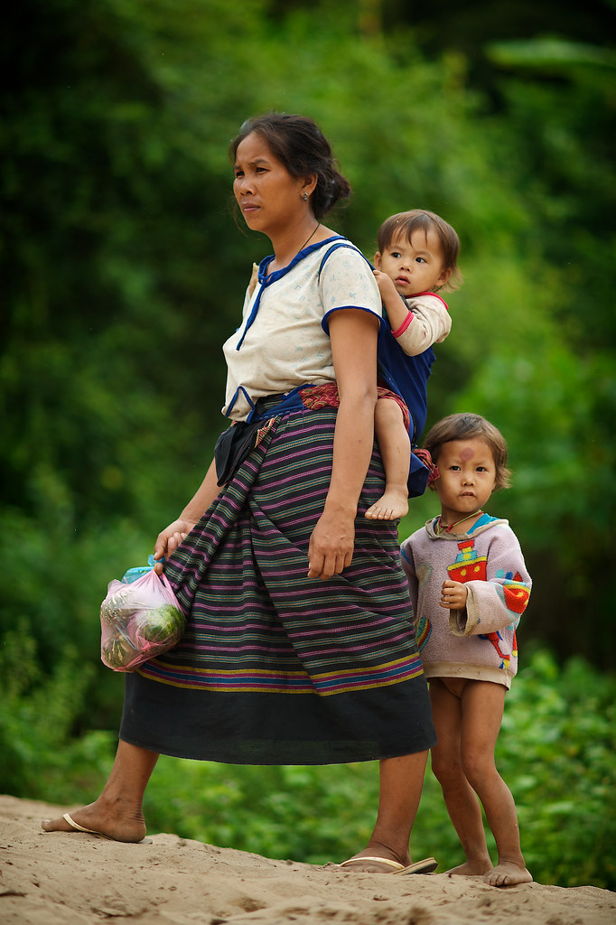 Laos  Hmong village  On the bank of the river  Si vous