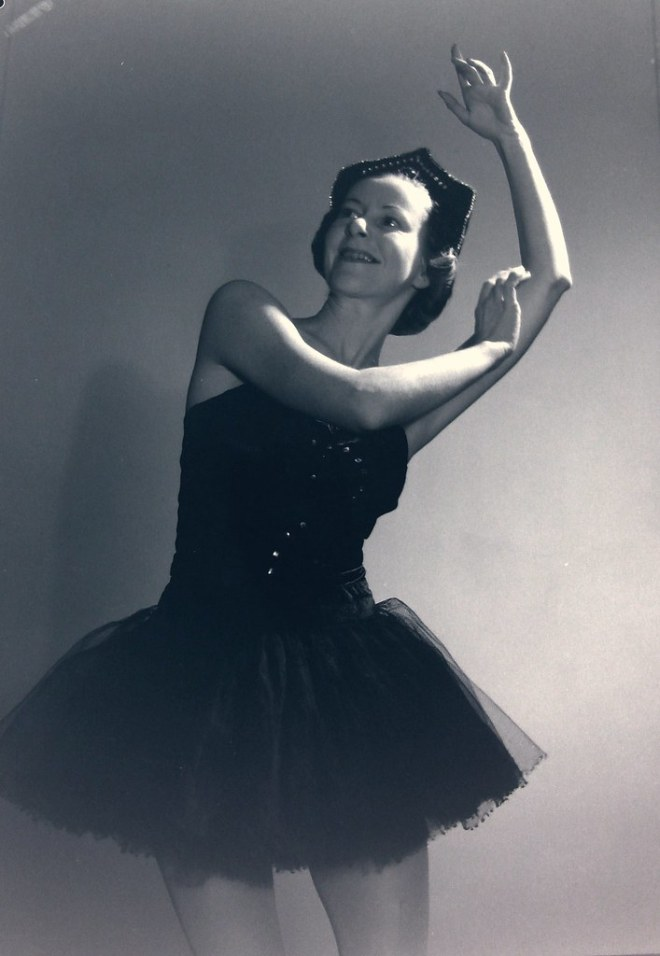 Alison Lee, stage name Helene Lineva and star of the Original Ballet Russe, 1939-1940, posing in the studio, Sydney / photographer Max Dupain