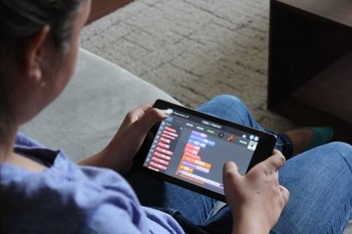 tynker-girl-coding-on-tablet