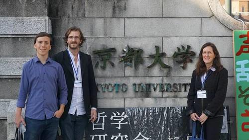Los campeones argentinos: Pablo Albani, Rafael Crescenzi y Adriana Baravalle, en la Universidad de Kyoto.