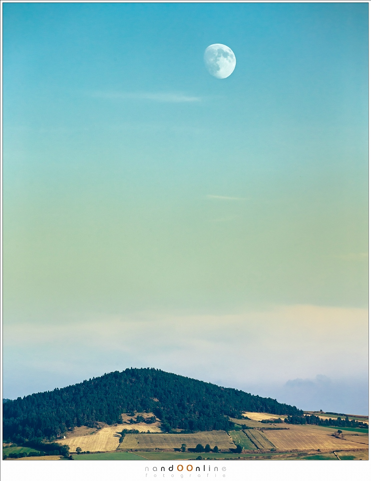 De Maan boven de heuvels van de Auvergne (255mm brandpunt; ISO200; f/8; t=1/640sec)