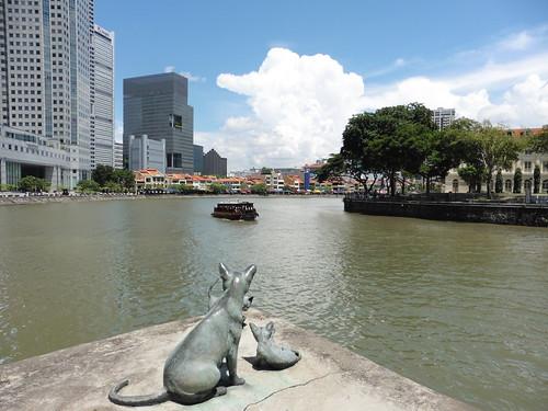 Estatua urbana Singapura Cats (1991) de varios artistas, situada cerca de Cavenagh Bridge, en Singapur.