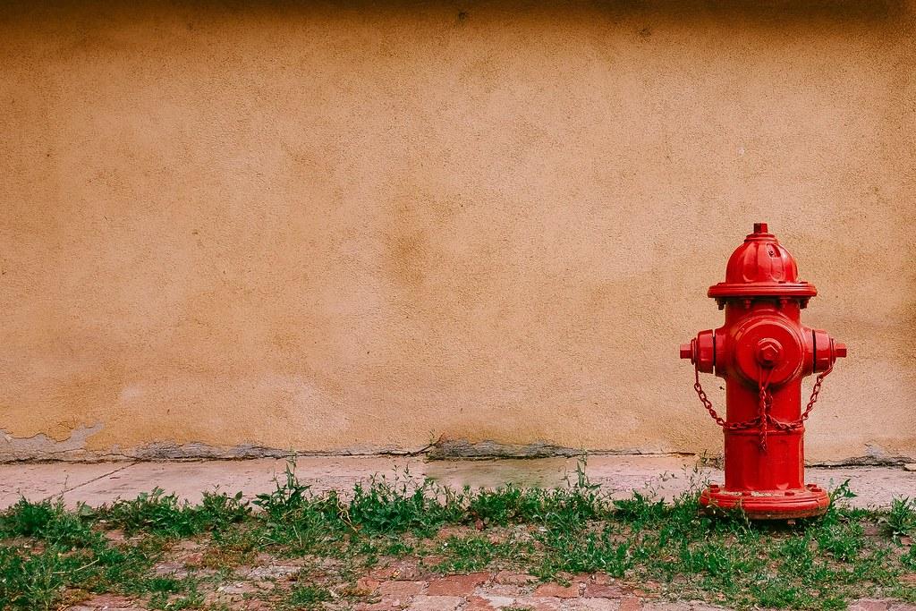 Imagen gratis de una boca de incendios roja