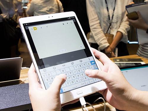 Un teclado táctil tiene la Asus ZenPad 3S 10