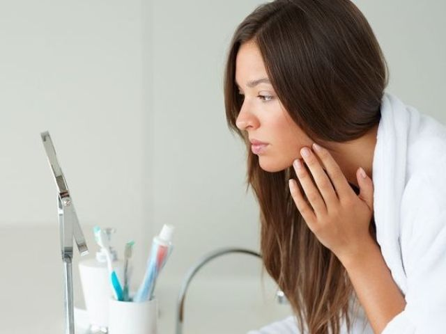 長青春痘會讓人沒自信,做青春痘治療時以酸類換膚與雷射光療的效果是最大的!醫師提醒絕對不要去摳青春痘!