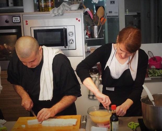 Preparando el tofu para la sopa de miso.