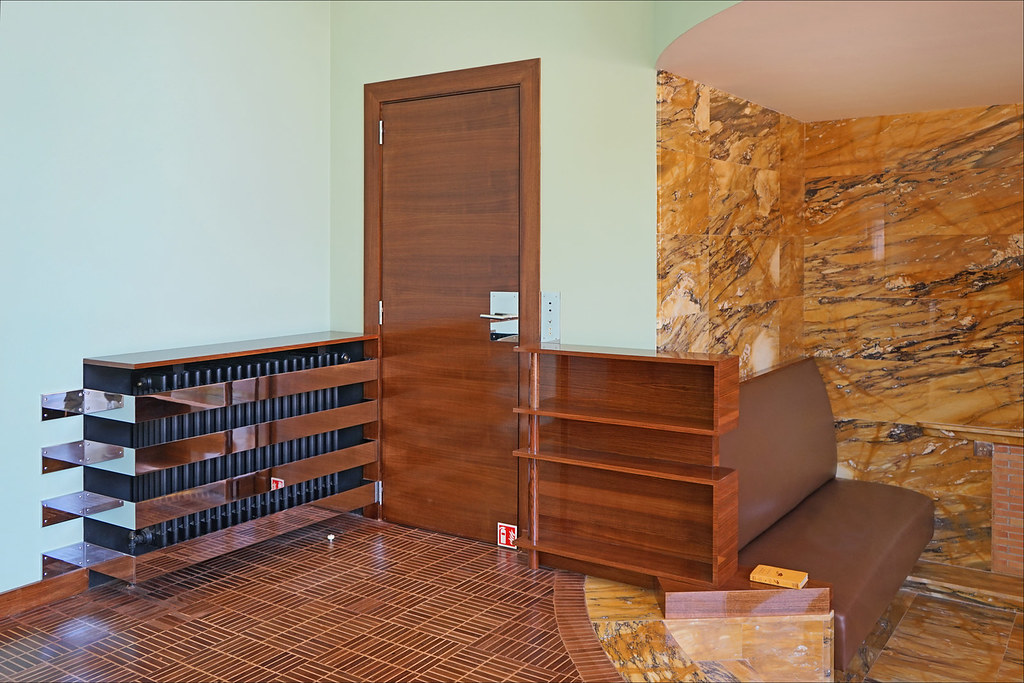 La porte menant  lescalier dans le hallsalon Villa Cav  Flickr