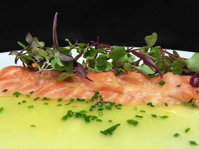 Sakura maru. Tiradito de salmón con leche de tigre estilo nikkei. koketo.