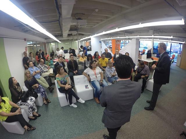 La prensa especializada durante el lanzamiento del servicio de Nekso en Caracas. En primera fila nuestro Hugo Londoño.