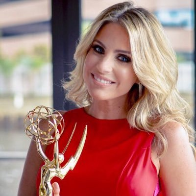 Mariale Requena con su premio Emmy, por Café CNN: