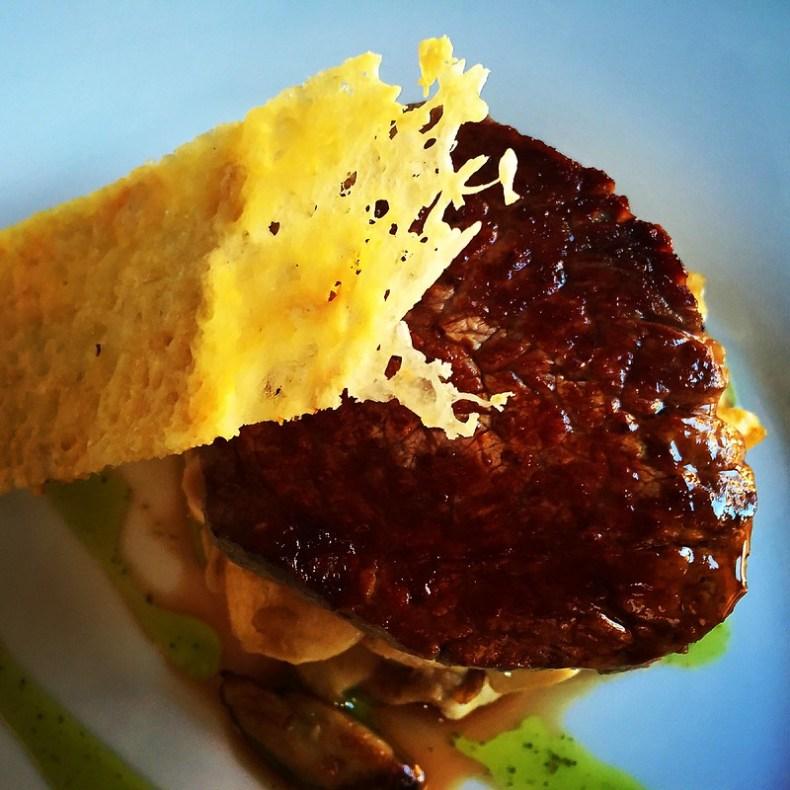 Crujiente de queso Idiazábal sobre solomillo