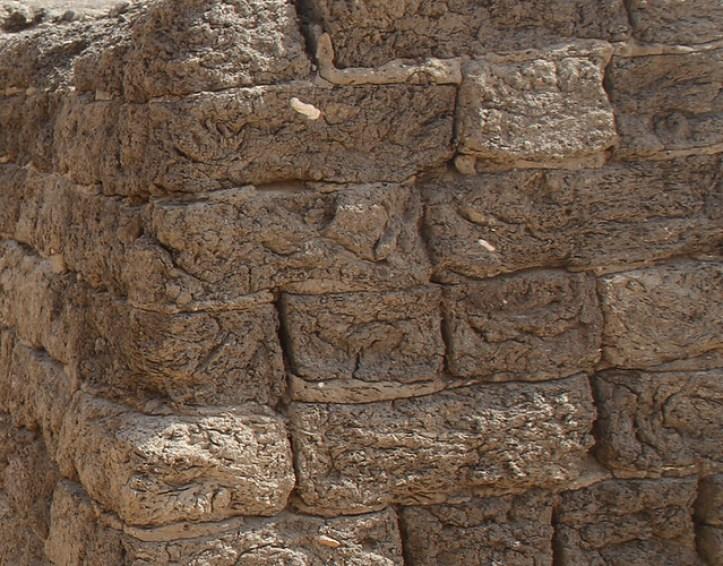 Adobe en las paredes de la Mastaba S8 fuera del recinto del complejo funerario de Senwosret III en Abidos | por Soloegipto