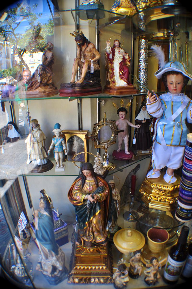 vitrine statues