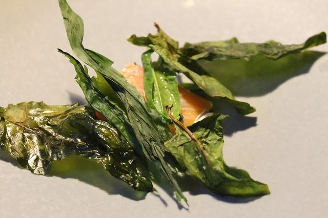Trucha escalfada, ajo silvestre y espinacas, en Relae